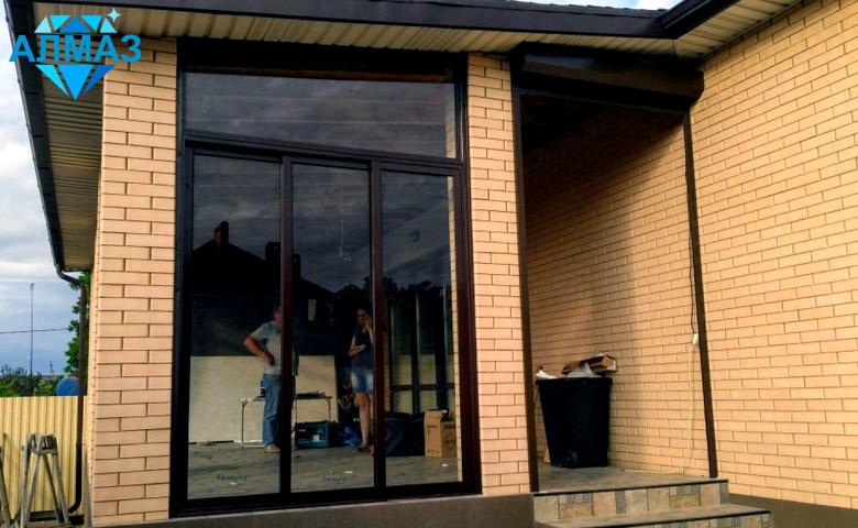 Загородный дом Остекление веранды раздвижными окнами, установка дверей