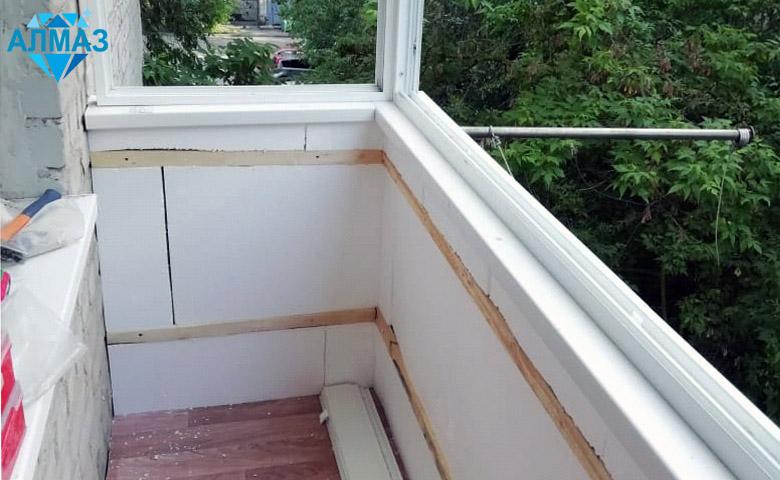 Остекление и отделка маленького балкона. Ростов, ул. Нариманова