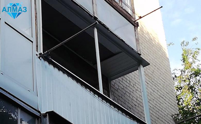 Снаружи балкон отделали профлистом: аккуратно и практично